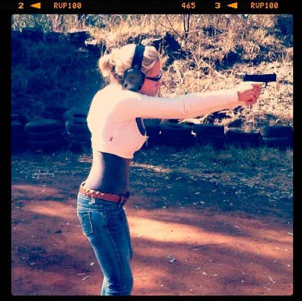 Bilden från Reeva Steenkamps Instagram där hon skjuter med vad som kan vara samma vapen som hon mördades med.