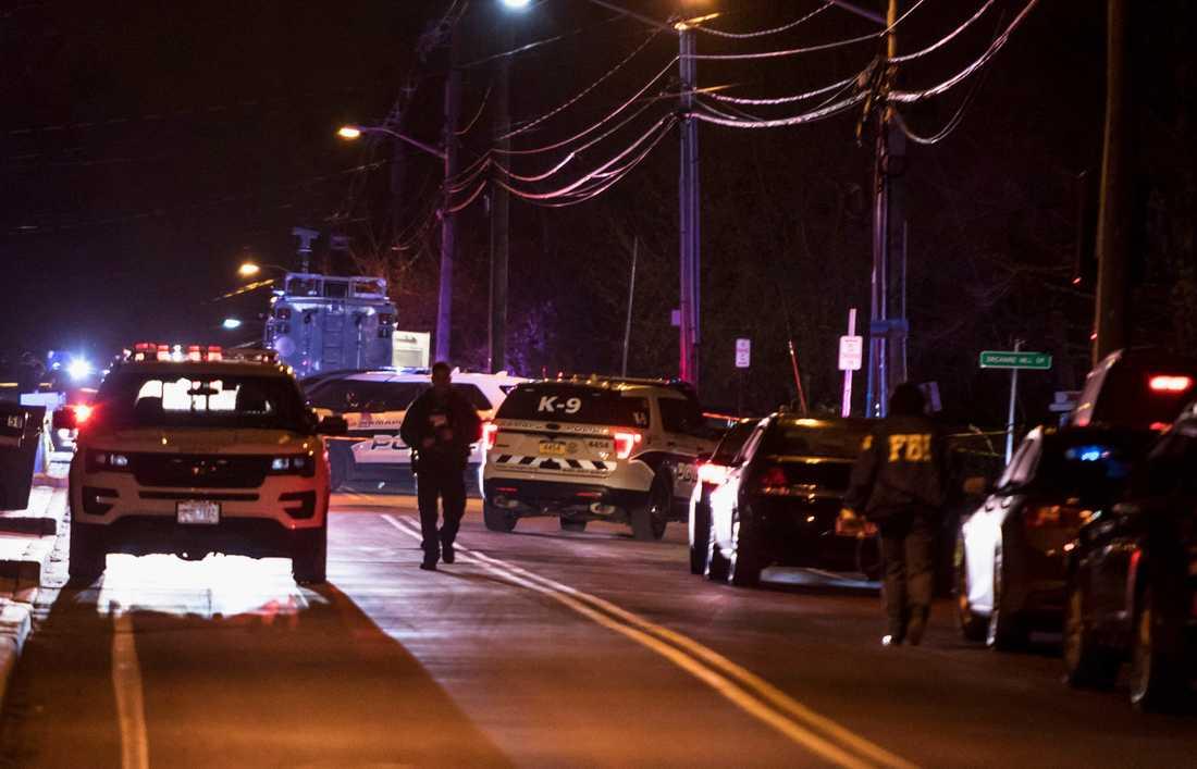 Polis på plats utanför rabbinens hem i Monsey, i den amerikanska delstaten New York, där en machetebeväpnad gärningsman gick till angrepp mot ett chanukkafirande.