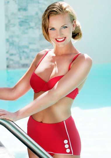 Stilig röd bikini med vadderadbygelbehå och höga trosor medvita stripes och dekorativa knappar, 129 kr per del kr, Lindex.