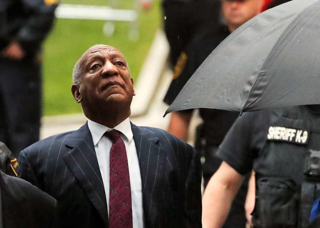 Bill Cosby anländer till domstolsbyggnaden i Norristown, Pennsylvania.