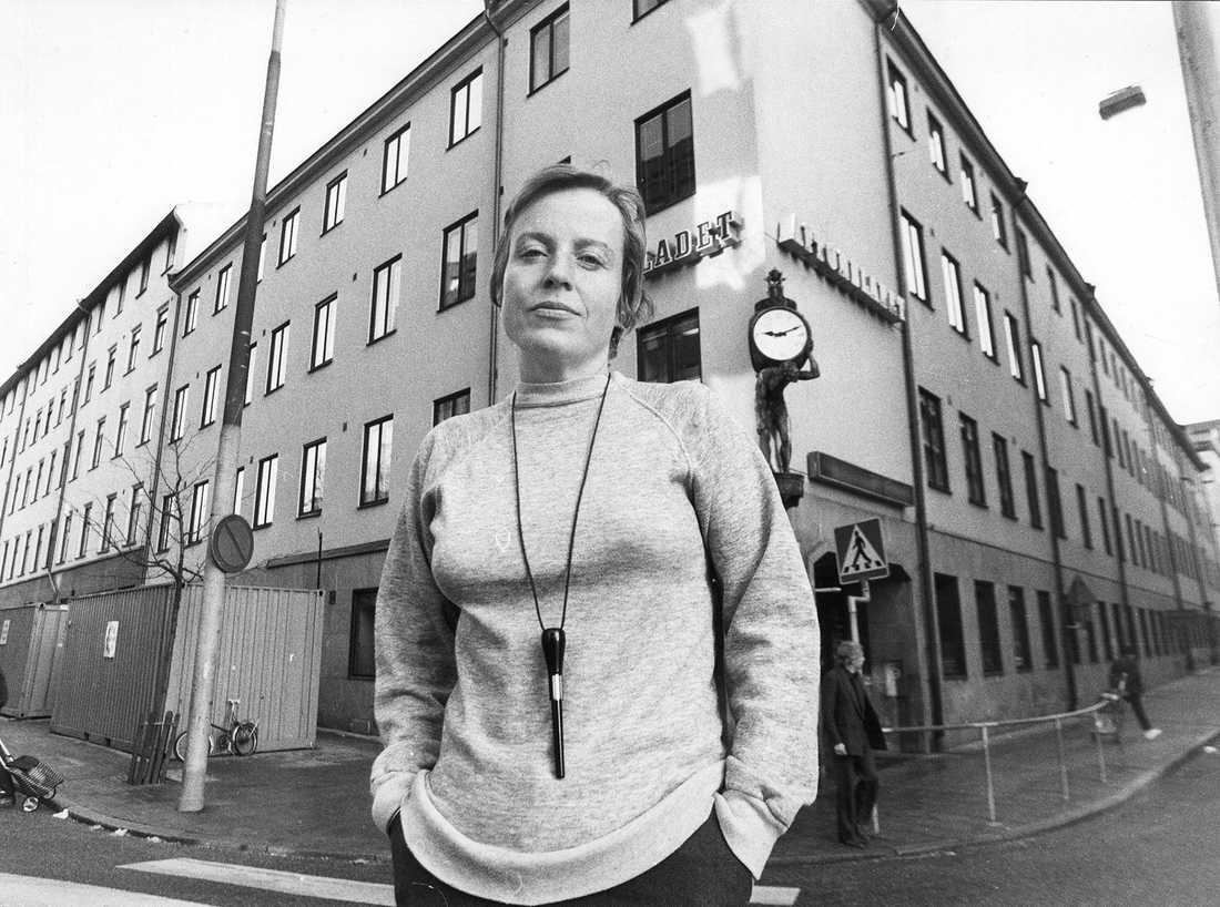Yrsa Stenius utanför Aftonbladets tidningshus i Klara.