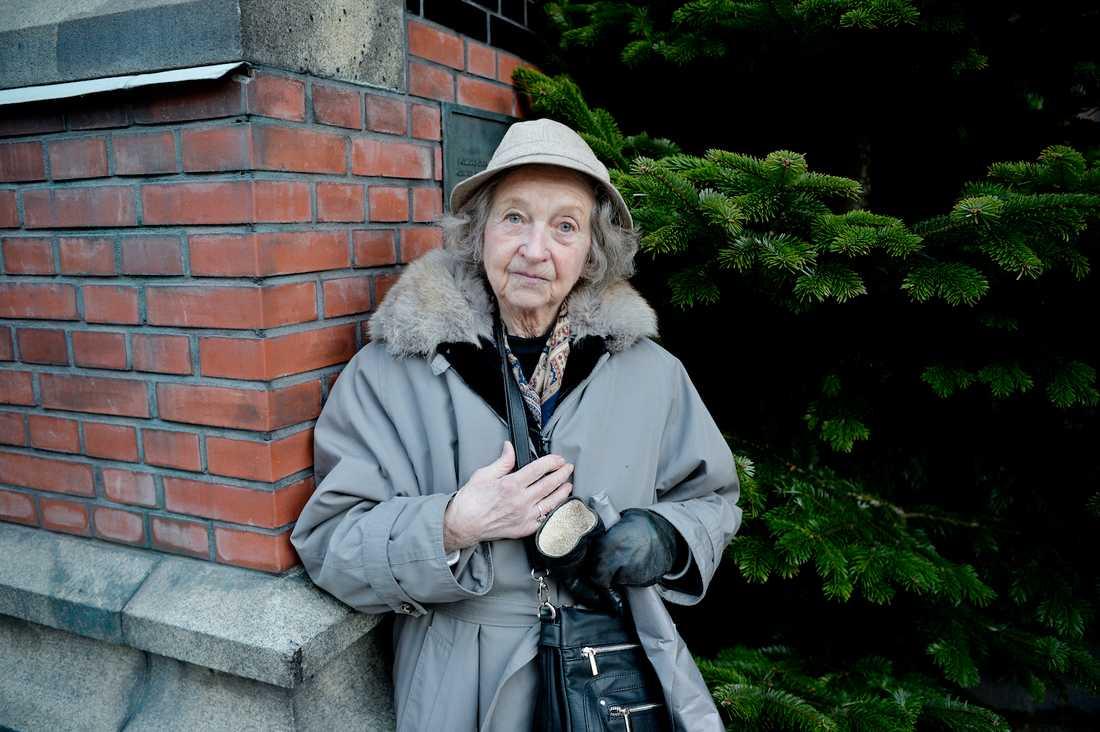 Tog avsked Skådespelerskan och vännen Meta Velander, 91, tog avsked av Lennart Hellsing. Foto: ANDREAS BARDELL