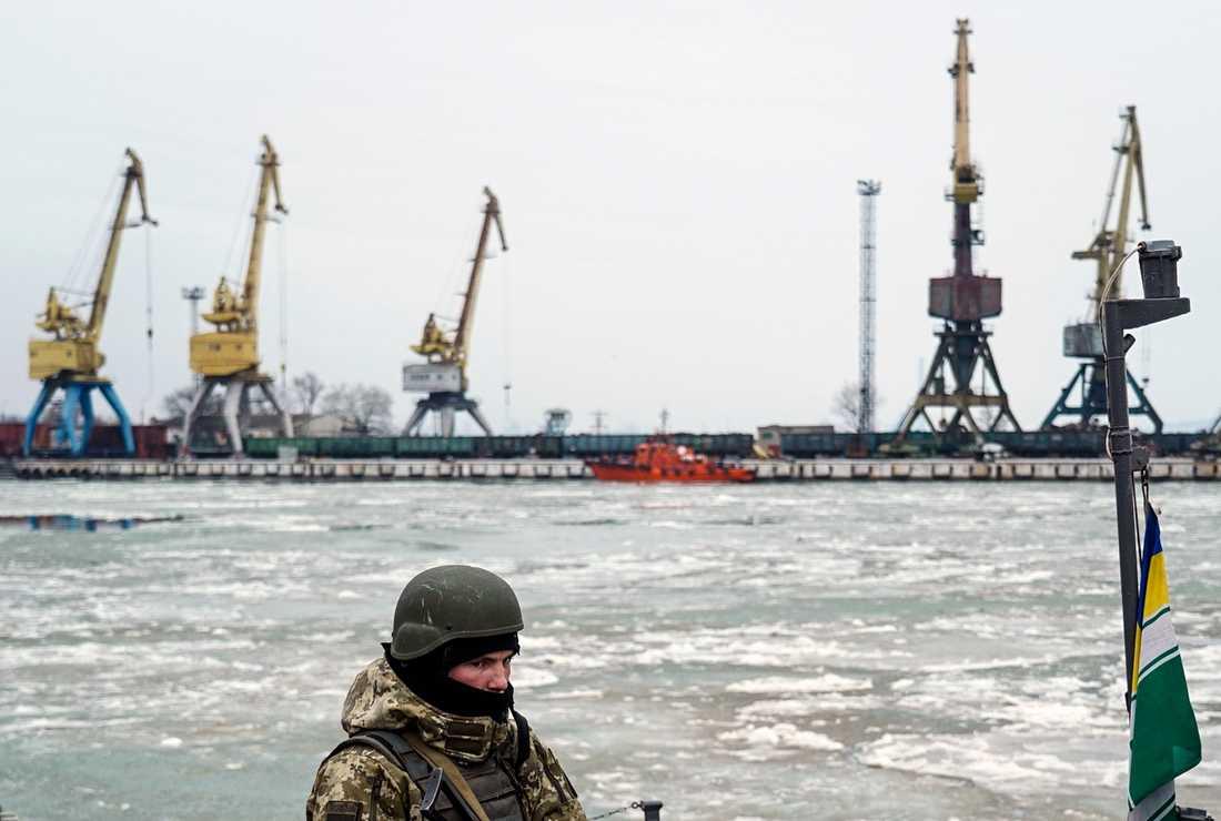 En ukrainsk besättningsman på ett kustbevakningsskepp i Azovska sjön i veckan.