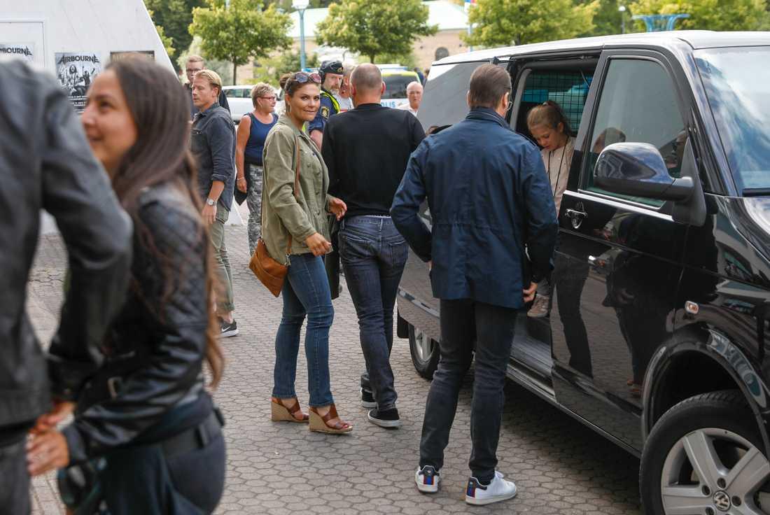 Kronprinsessan Victoria, prins Daniel och prinsessan Estelle anländer till Metallicas konsert på Ullevi.