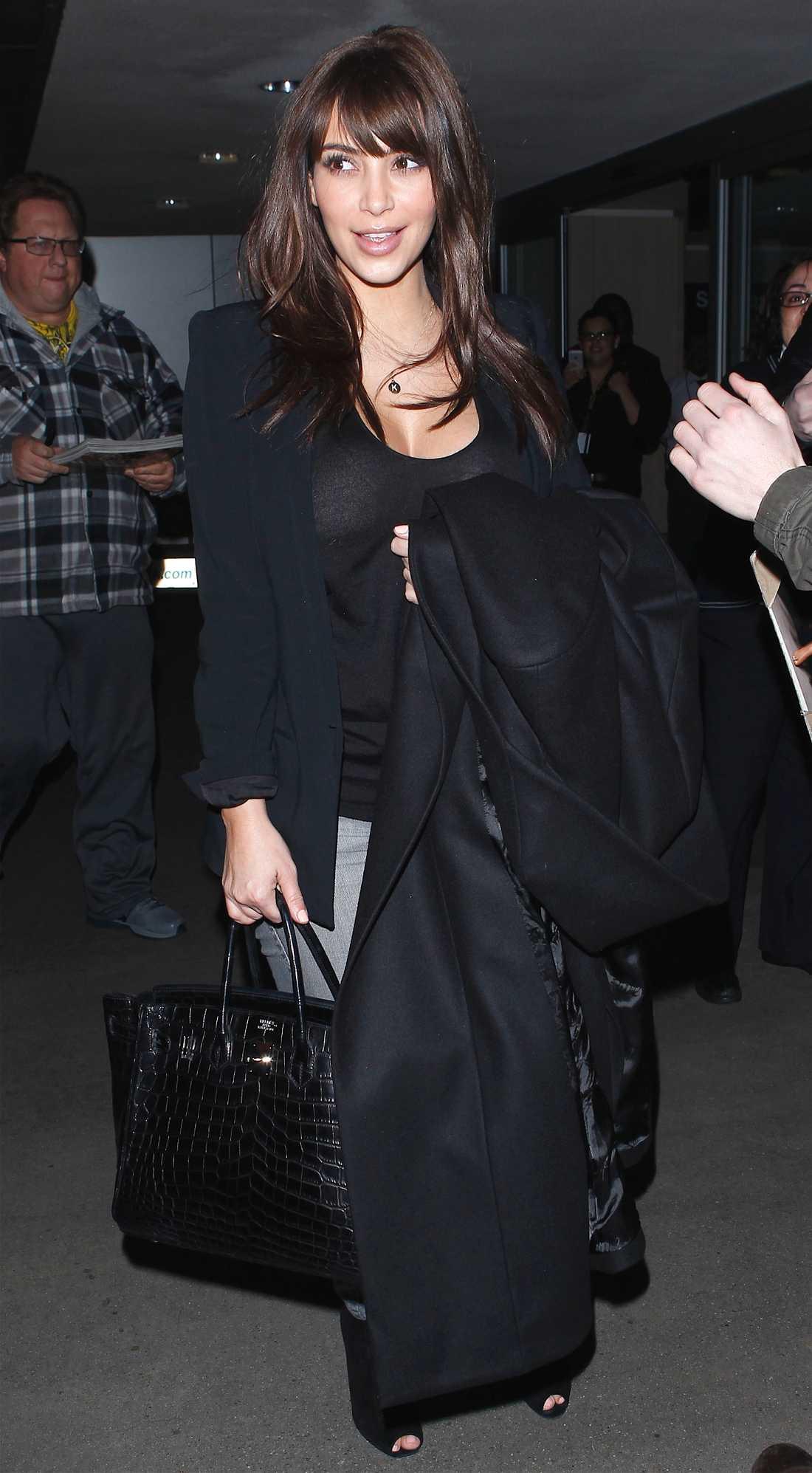 Kim Kardashian är avslappnat snygg i jeans, kavaj och väl valda accessoarer.