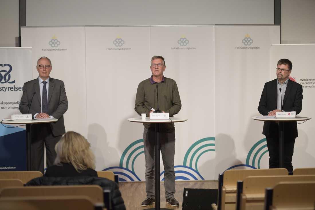 Thomas Lindén, avdelningschef på Socialstyrelsen, Anders Tegnell, statsepidemiolog på Folkhälsomyndigheten, och Svante Werger, rådgivare på Myndigheten för samhällsskydd och beredskap (MSB) under torsdagens myndighetsgemensamma pressträff om coronapandemin.