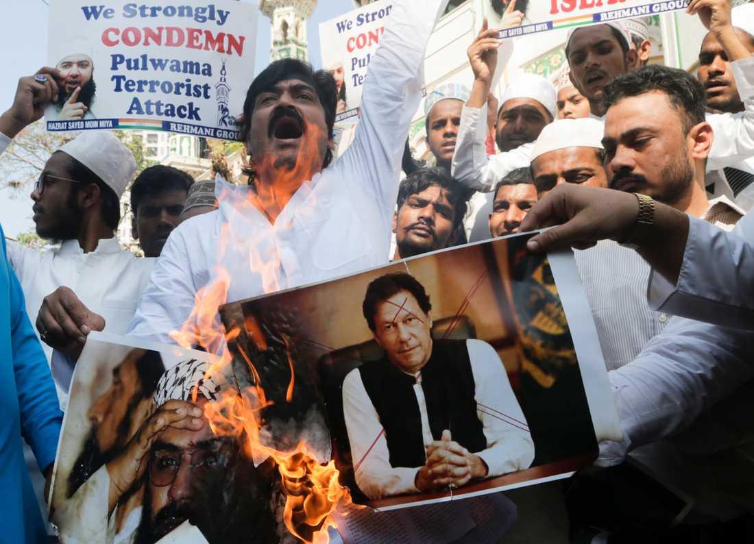 Indiska muslimer bränner fotografier av Pakistans premiärminister Imran Khan och ledaren för den väpnade islamistgruppen Jaish-e-Muhammad vid en demonstration i Mumbai i februari.