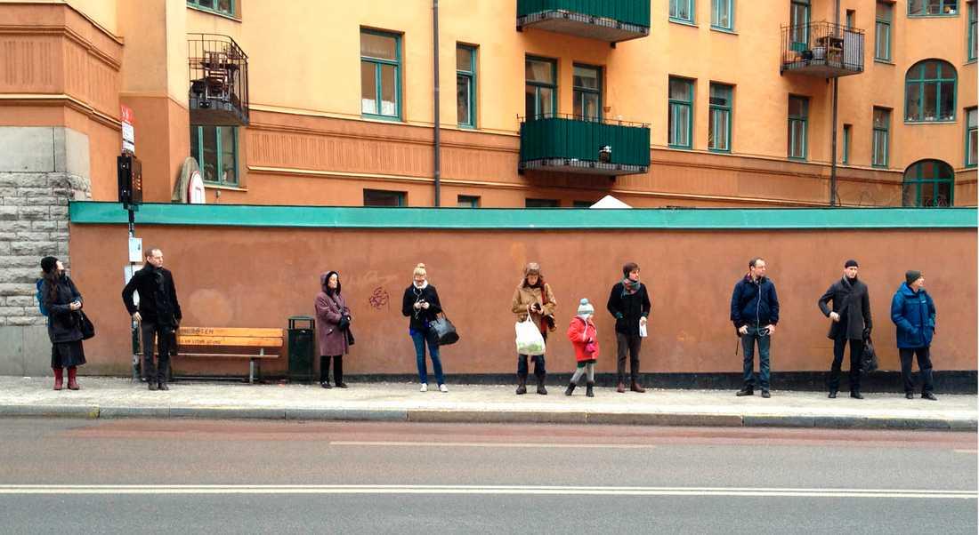 """""""Waiting for the bus like a swede"""" blev ett viralt fenomen för några år sedan, bilder på svenskar stående tysta med ett rejält säkerhetsavstånd till personen bredvid. Svenskarnas sociala inkompetens är ett allvarligt samhällsproblem, skriver dagens debattör."""