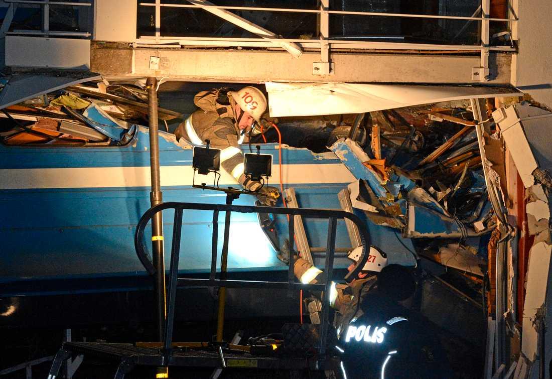 Tågets förare klämdes fast och räddningspersonal hade ett intensivt arbete med att få loss henne.