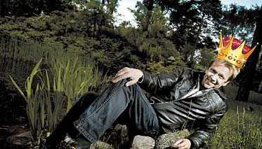 """satsar på att ligga kvar I går satte Björn Skifs rekord när hans låt """"Håll mitt hjärta"""" spelats i hela 111 veckor på Svensktoppen. Skifs siktar på att behålla sin plats på Svensktoppen minst en vecka till. OBS! Bilden är ett montage."""