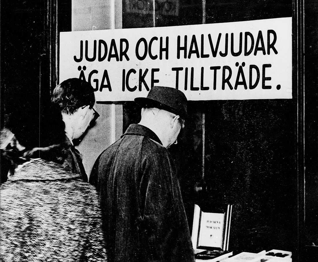 En rasistisk skylt utanför en bokhandel i Stockholm, 1941.