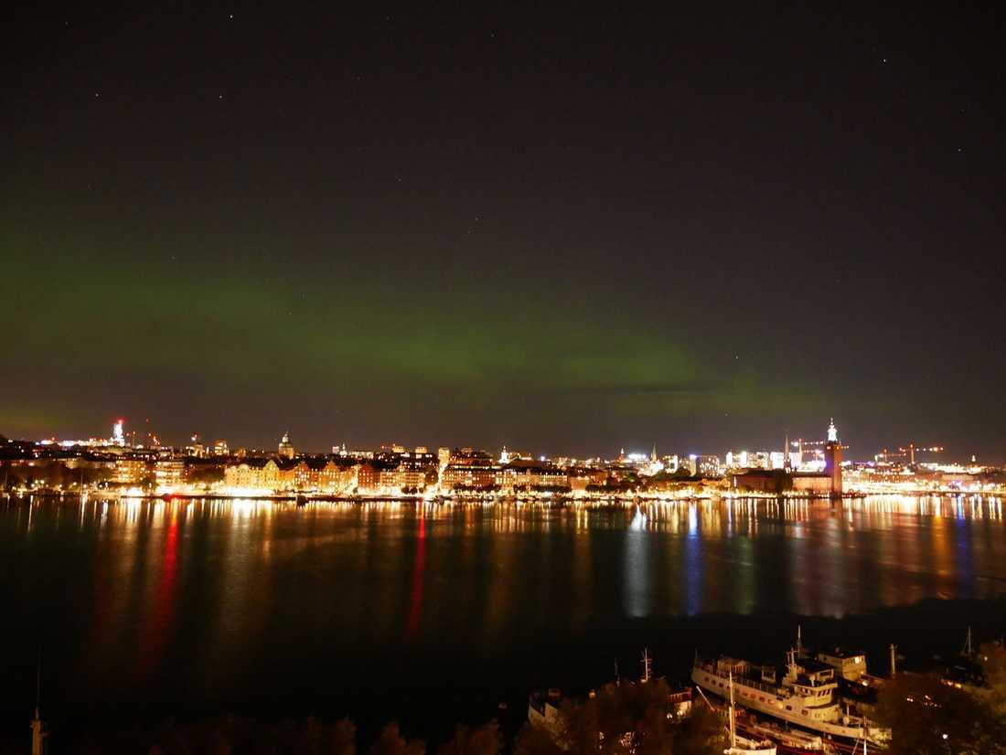 Norrsken över Stockholm i kväll fotat från en läsaren Ida Wallins köksfönster.