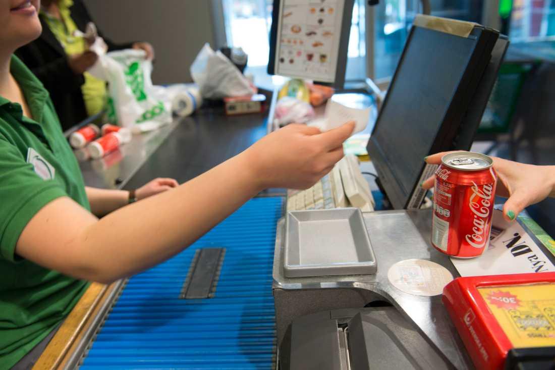Butiksarbetare drabbas ofta av belastningsskador. Arkivbild.