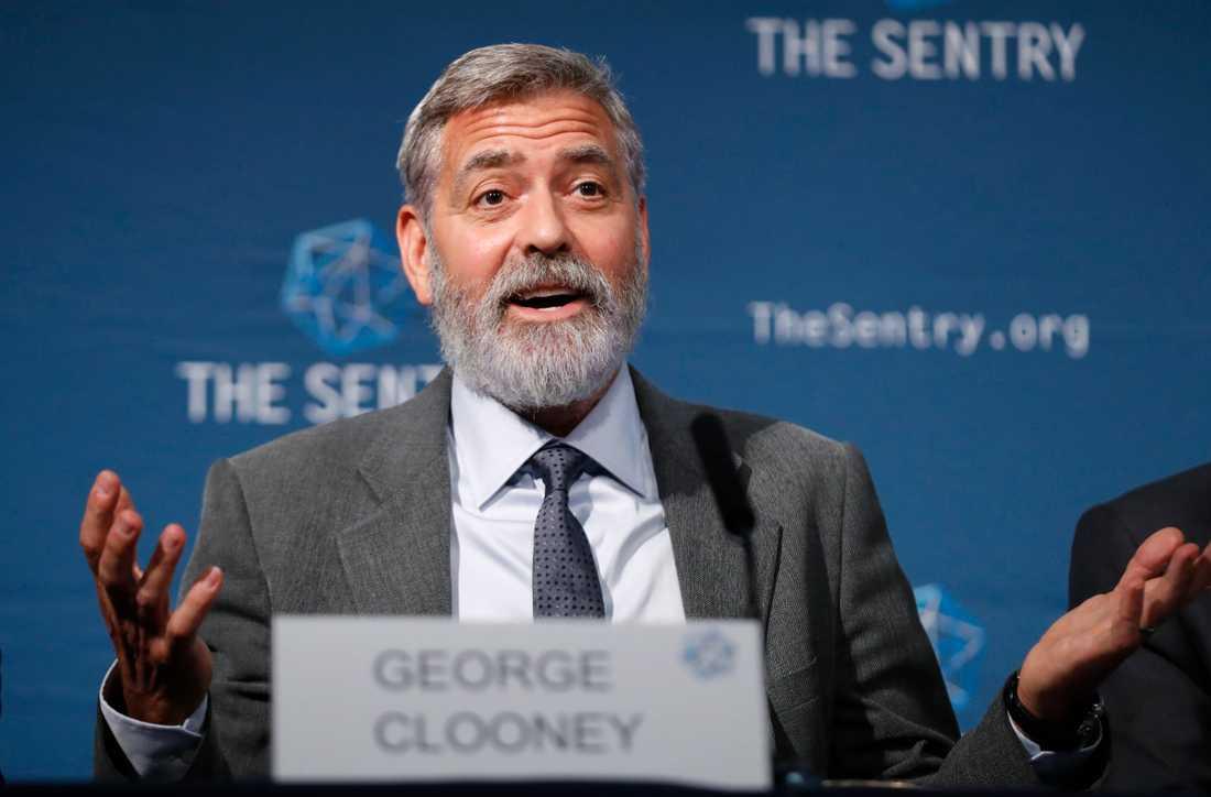 Skådespelaren George Clooney vid en presskonferens i London, då han som företrädare för organisationen The Sentry pekar ut globala företag som medskyldiga till oroligheterna i Sydsudan.