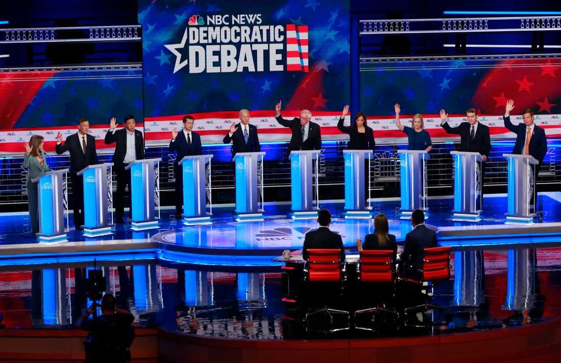 De tio demokrater som deltog i rond två av partiets tv-sända debatt under natten till fredagen.