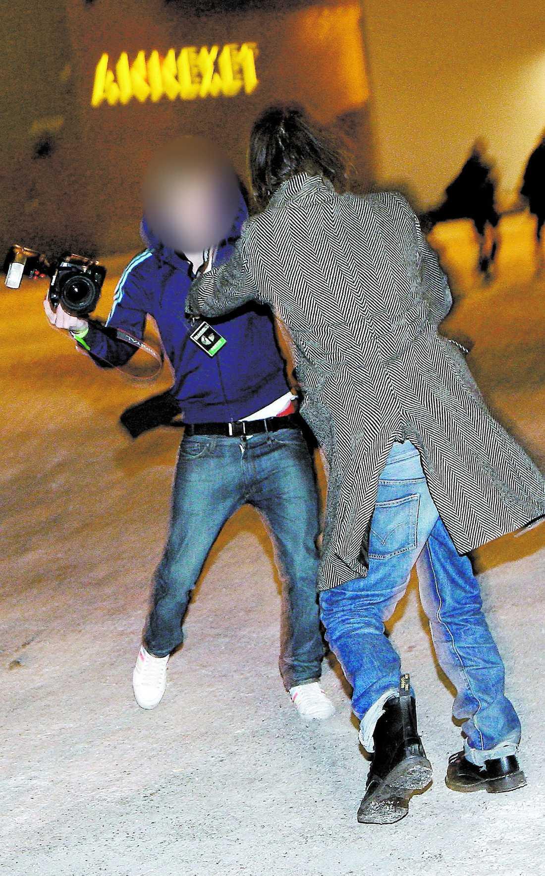 När han hastigt lämnade Grammisgalan knuffade en uppjagad Andreas Kleerup till en fotograf i bröstet.