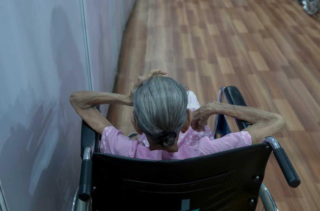 En äldre kvinna väntar på att vaccineras i Bombay. Personen på bilden har inget med texten att göra.