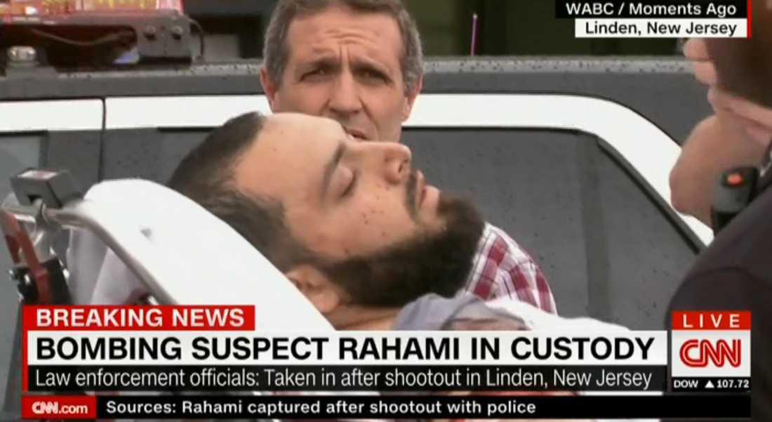 I CNN:s sändningar kan man se när den misstänkte förs iväg på bår.