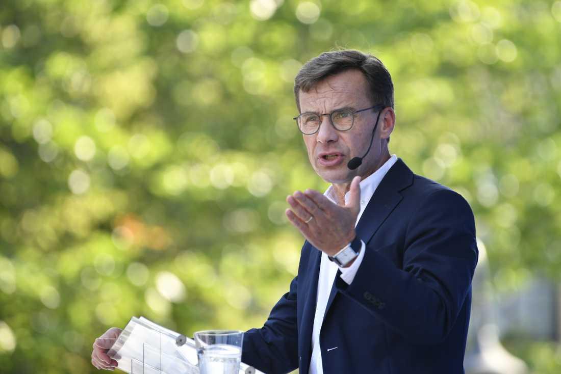 Moderaternas partiledare Ulf Kristersson sensommartalar i Ugglans park i Strängnäs.