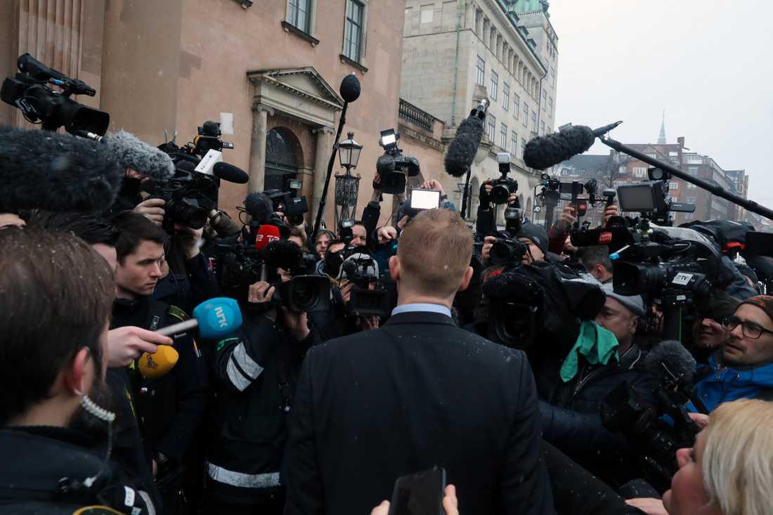 Åklagaren Jakob Buch-Jepsen anländer till Köpenhamns byret, där rättegången mot Peter Madsen som misstänks för mord på den svenska journalisten Kim Wall, inleds idag.