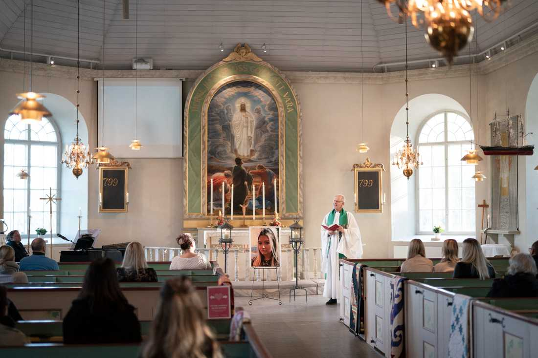 Förra fredagen hölls flera minnesgudstjänster i Herrestads kyrka för den mördade 17-åriga Wilma.