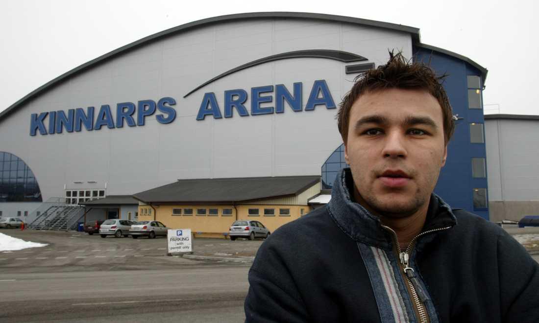 Stefan Liv utanför HV 71:s hemmaarena Kinnarps Arena i februari 2003.
