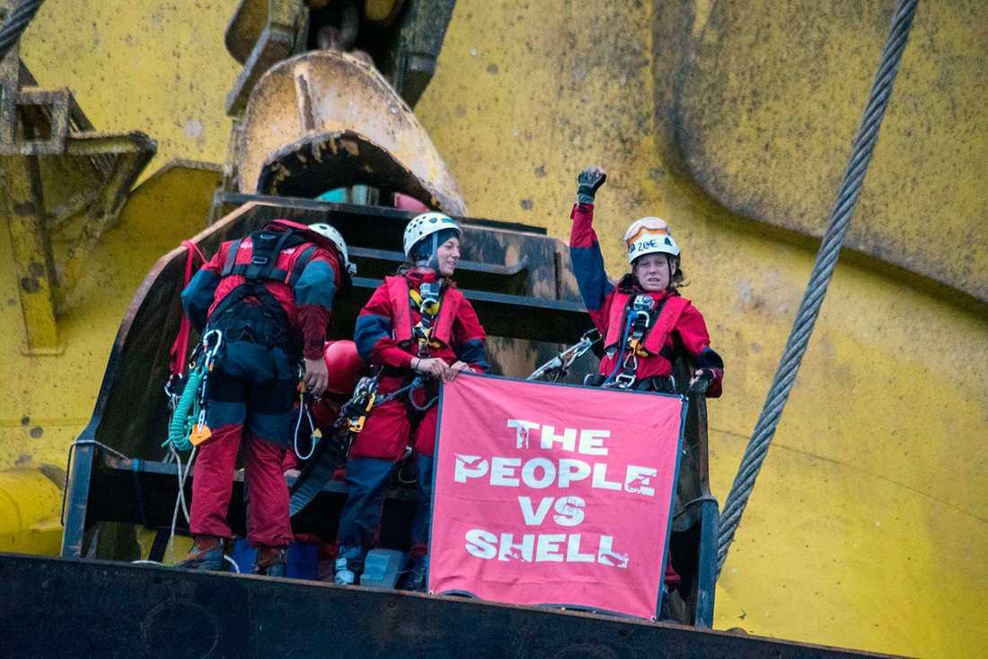 De sex aktivisterna uppe på riggen.