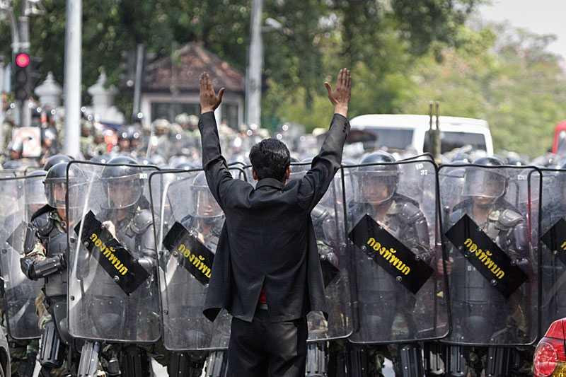En man – mot en armé Thailändska soldater sattes in för att slå ner protesterna i Bangkok. Demonstranterna motades undan med vattenkanoner och vapen. Flera demonstranter uppgavs vara skottskadade.