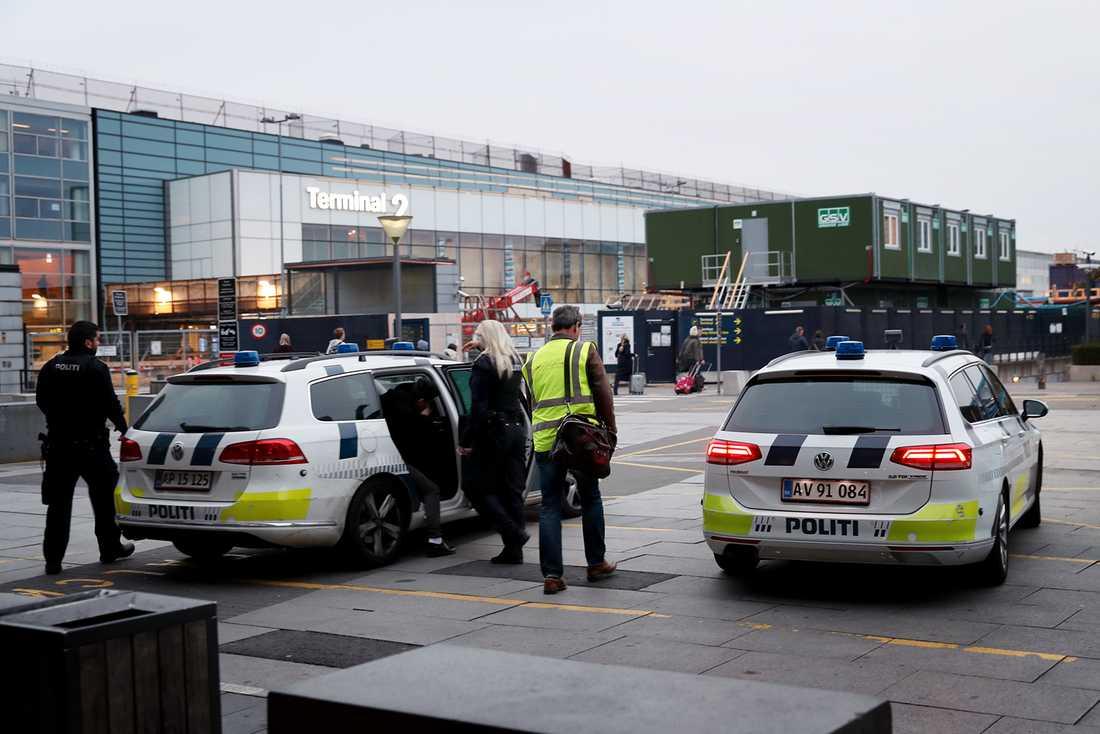 Poliser vid Kastrup flygplats.