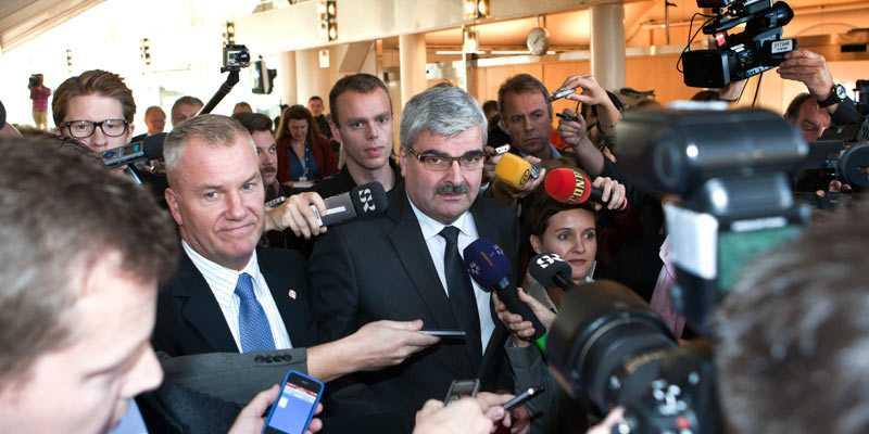 Håkan Juholt mötte ett stort pressuppbåd efter dagens partiledardebatt.