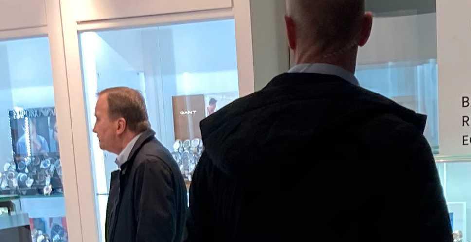 Stefan Löfven besöker galleria under julrushen