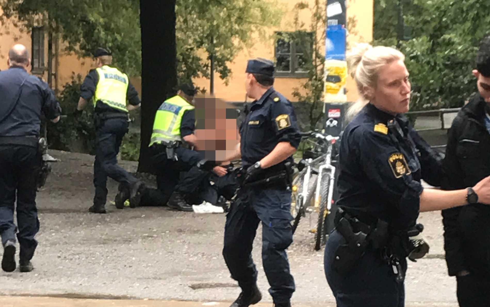 Den skadade polisen tas omhand.