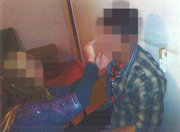 Den våldtagna kvinnan sminkar en av de misstänkta männen.