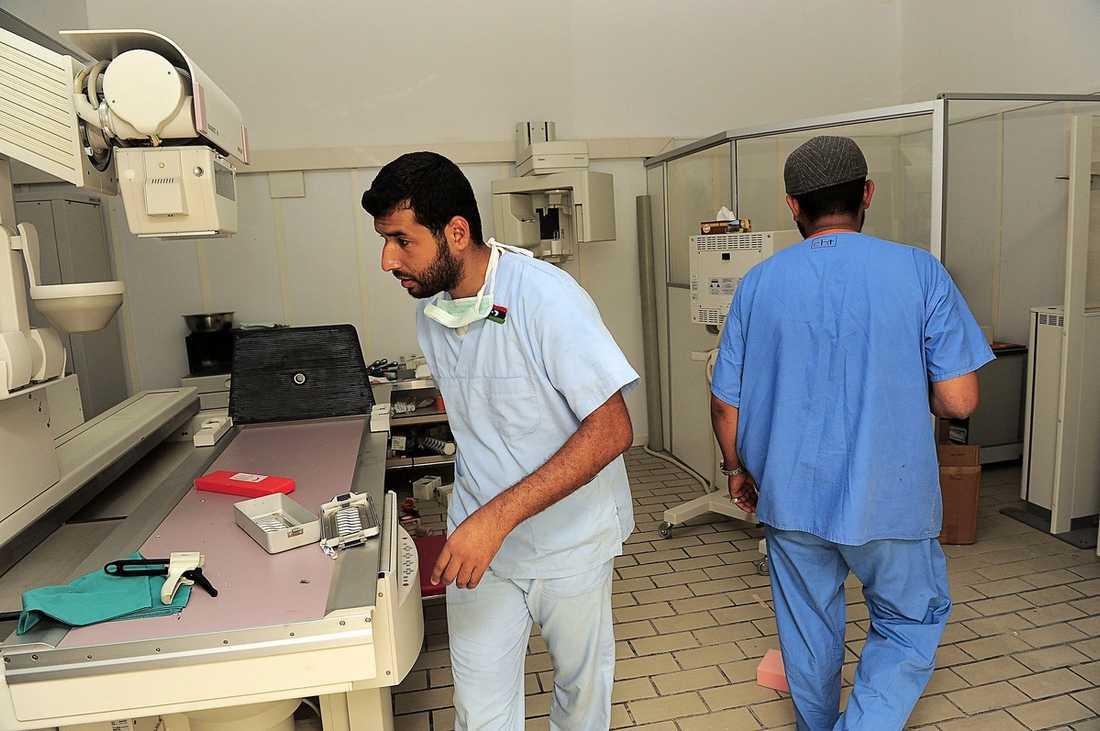 """LÄKEMEDEL FÖR MILJONER Gaddafis privata sjukhus är fullt med mediciner och dyrbar utrustning. Dr Ramadal gråter när han tittar ner i det enorma medicinförrådet. """"På min arbetsplats har vi ingenting och sedan kommer jag hit och finner det här lagrat för en enda person och hans familj"""", säger han."""