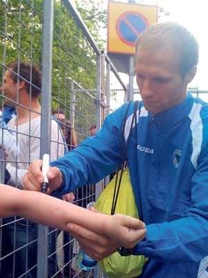 Zlatan Muslimovic var ett hett byte bland autografjägarna i samband med träningspasset på Råsunda i går.