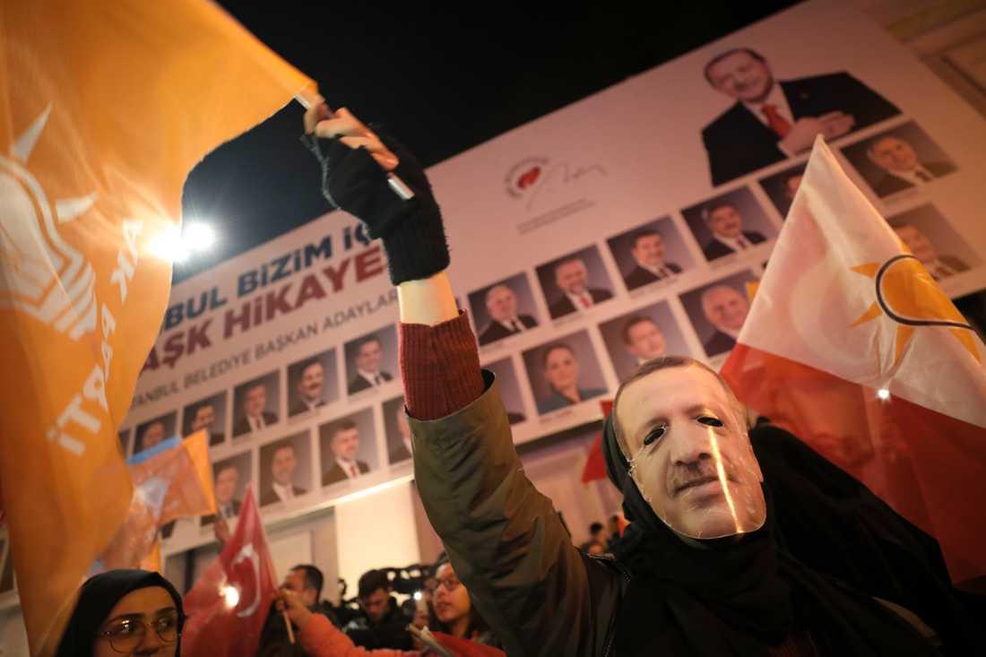 AKP-anhängare i Erdoganmasker i Istanbul inför valdagen.
