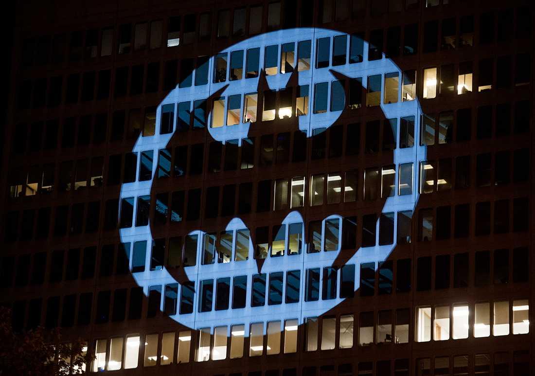 """""""Batman""""-signalen lyser upp en byggnad i Montreal 2019. Men de fans som väntar på spelet """"Gotham knights"""" får vänta lite till – det är nämligen försenat. Arkivbild."""