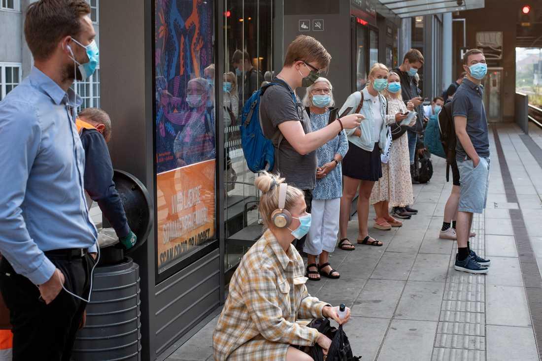 Tågresenärer iförda munskydd i danska Århus i veckan.