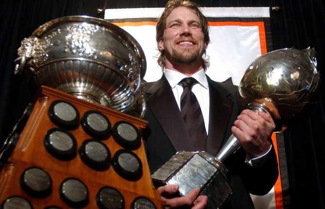 PRISAD Sommaren 2003 tilldelas Peter Hart Trophy, priset till mest värdefulla spelare i NHL. Han tar emot priset vid den årliga cermonin.