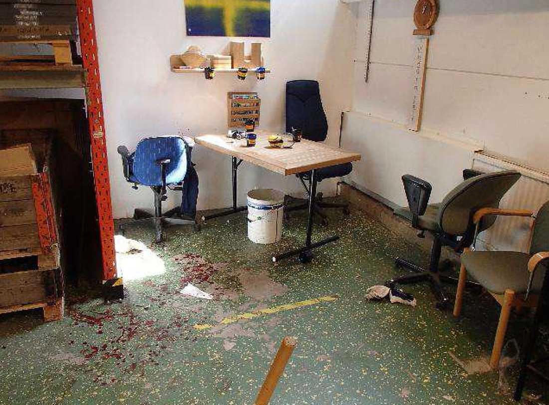 Blod på golvet efter attacken.