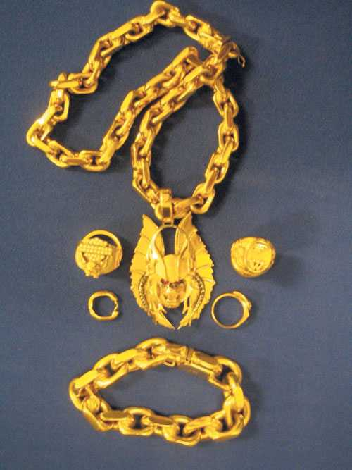 """VÄRDET: 273?500 Smyckena pryds med Hells Angels symboler. Draken kallas av medlemmarna för """"Death Head""""."""