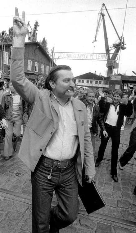 Lech Walesa hyllas av arbetare på Lenin-varvet.