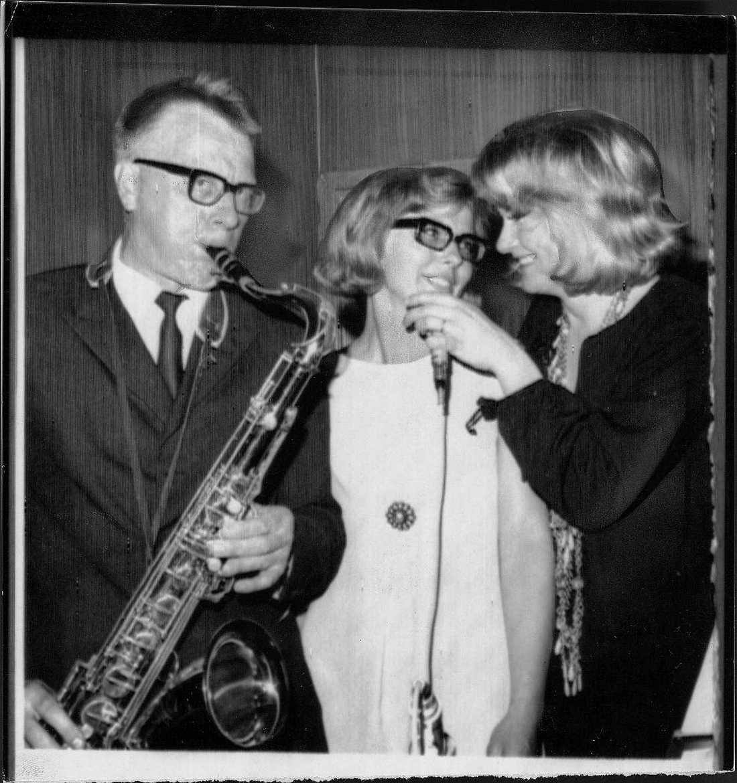 Monica Zetterlund (till höger) med pappan Bengt och systern Margareta.