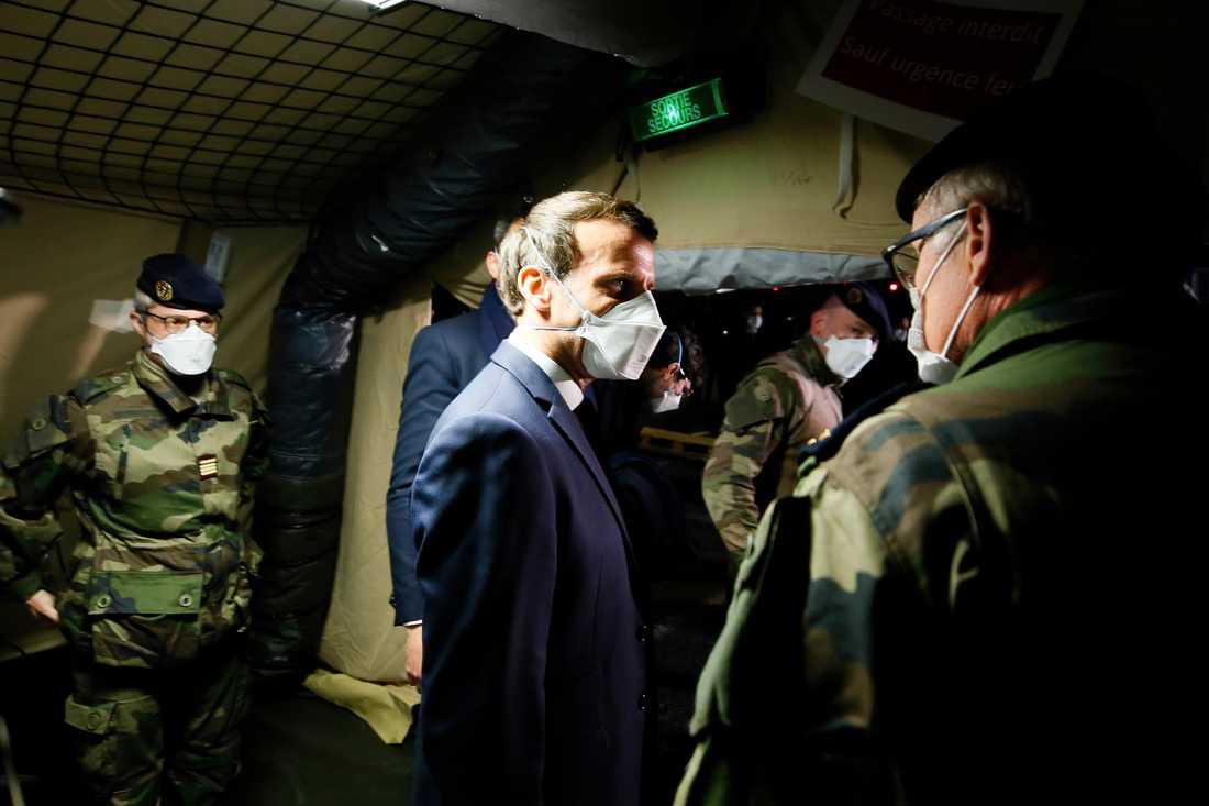 President Emmanuel Macron (i mitten) besöker ett militärt fältsjukhus i östra Frankrike på onsdagen.