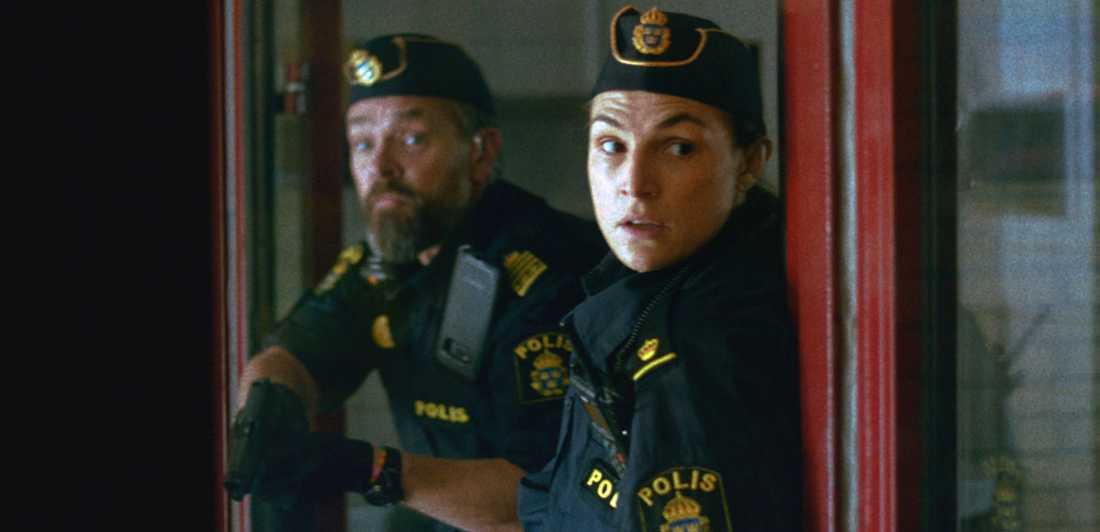 """Per Lasson och Sandra Stojiljkovic i """"Tunna blå linjen"""". Den finns på SVT Play och har premiär i SVT i kväll."""