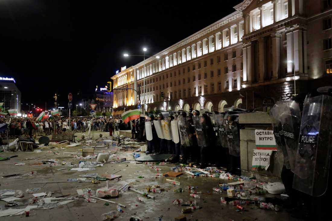 Den 2 september hölls en stor demonstration mot regeringen i Bulgariens huvudstad Sofia. Hundratals poliser kallades in för att hindra stenkastande demonstranter från att komma närmare parlamentsbyggnaden.