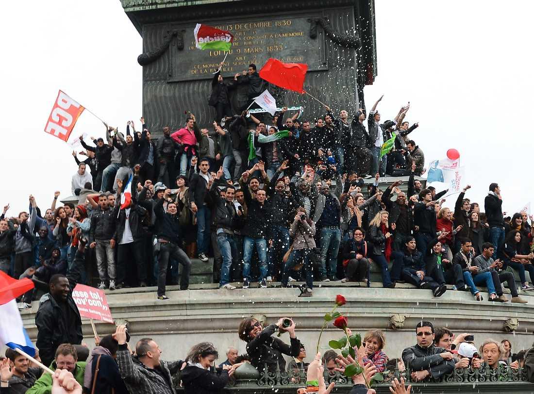 Vild glädje utbröt i Paris efter att Hollande vunnit valet.