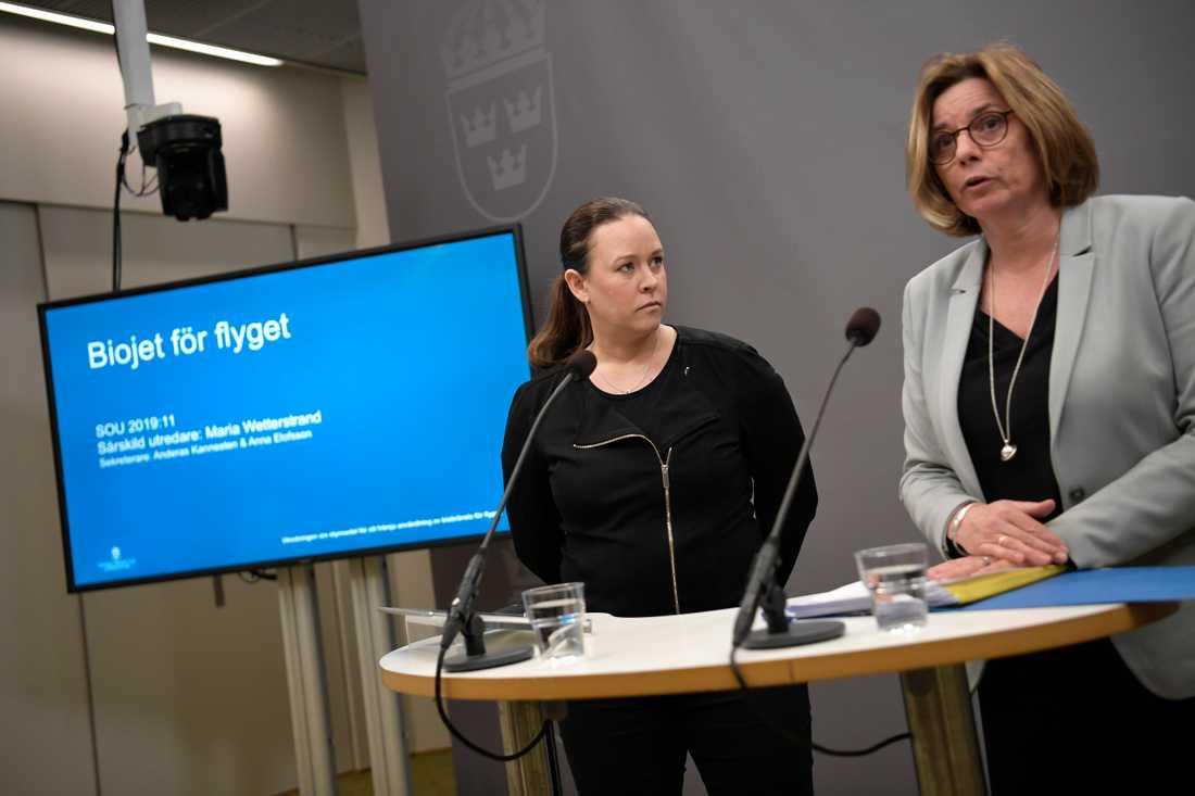 Maria Wetterstrand överlämnar utredningen om bioflygbränsle till miljö- och klimatminister Isabella Lövin. Arkivbild.