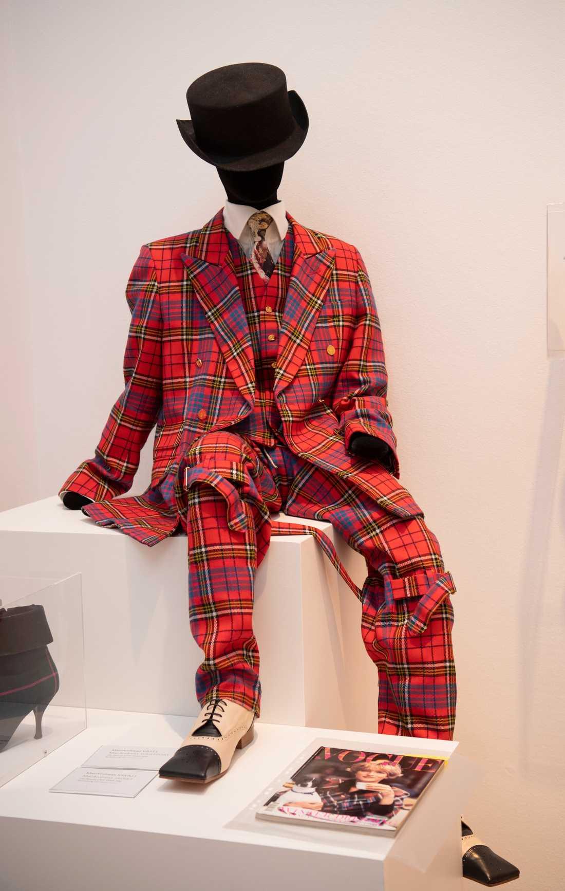 Det skotskrutiga är ett av Vivienne Westwoods kännetecken. Lee Price visar flera av sina egna nu urvuxna Westwood-kostymer.