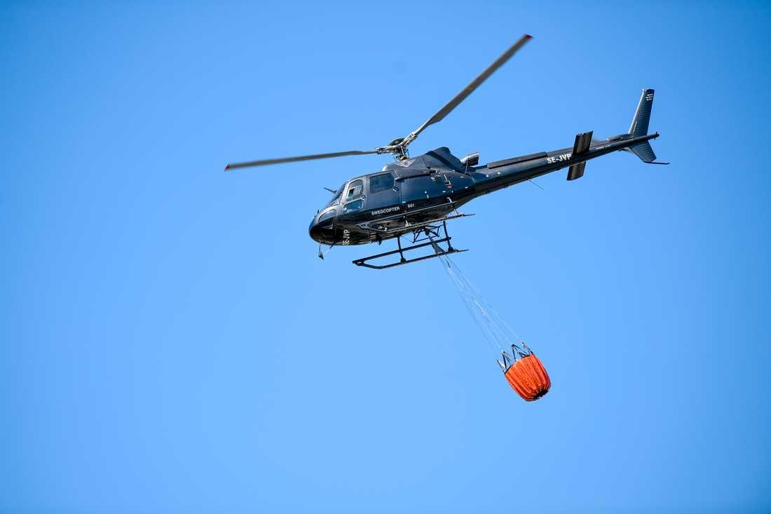 Skogsbranden vattenbombades med helikopter. Arkivbild.